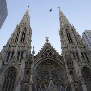 New York: forse suggestionato da Notre-Dame, folle fermato con le taniche di benzina davanti alla cattedrale di San Patrizio