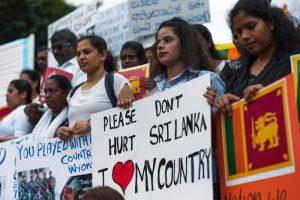 Sri Lanka vieta il velo dopo gli attentati. Domenica chiese chiuse, la messa in tv