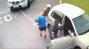 Sudafrica, sparano contro il vetri e portano via l'auto alla turista