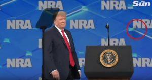 Cellulare lanciato contro Trump alla convention delle armi VIDEO