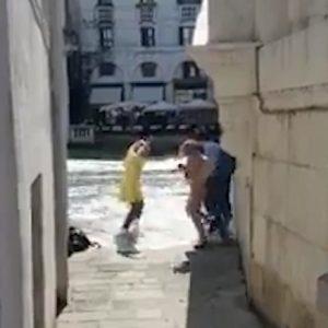 Venezia, passa l'idroambulanza: onda anomala travolge turisti