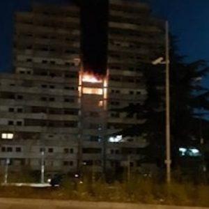 Napoli, incendio nella notte a Scampia: brucia la Vela Verde