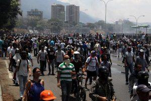 Venezuela, Guaidò chiama alla rivolta. I blindati sulla folla