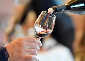 Alcol, anche un bicchiere di vino aumenta il rischio di ictus