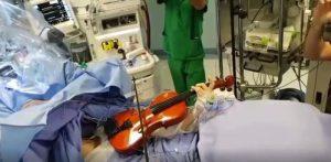 Taranto, operata di tumore al cervello mentre suona il violino