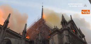 Notre-Dame, l'intervento dei 400 pompieri che hanno spento l'incendio