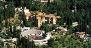 Gardone Riviera, 19enne in gita cade al Vittoriale: è grave