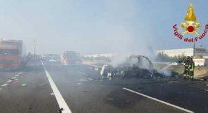 A1, auto in fiamme all'altezza di San Zenone Lambro: salvo il conducente (foto d'archivio Ansa)