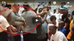 Arnold Schwarzenegger colpito all'improvviso con un calcio alla schiena VIDEO