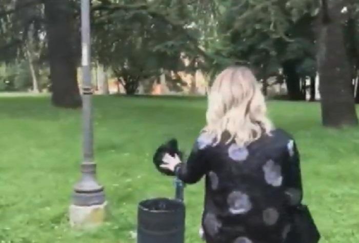 Giorgia Manghi, candidata Fratelli d'Italia si pulisce le scarpe4