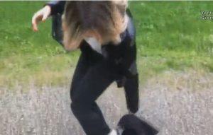 Giorgia Manghi, candidata Fratelli d'Italia si pulisce le scarpe con la maglietta antifascista