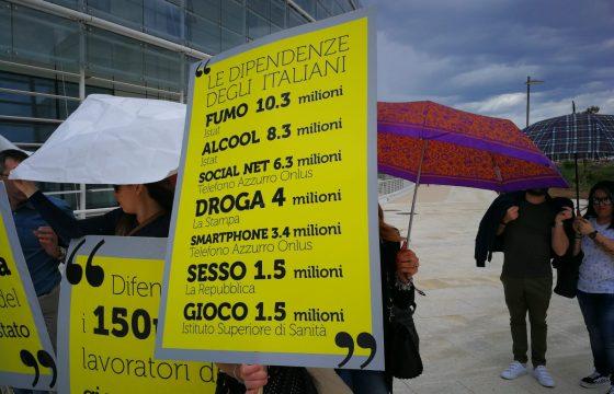 """""""Se perdiamo, vince la criminalità"""", protesta lavoratori gioco d'azzardo davanti alla Regione Puglia"""