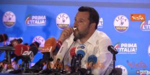 """Matteo Salvini si mette in posa e bacia il crocifisso: """"Ringrazio chi c'è lassù"""" VIDEO"""