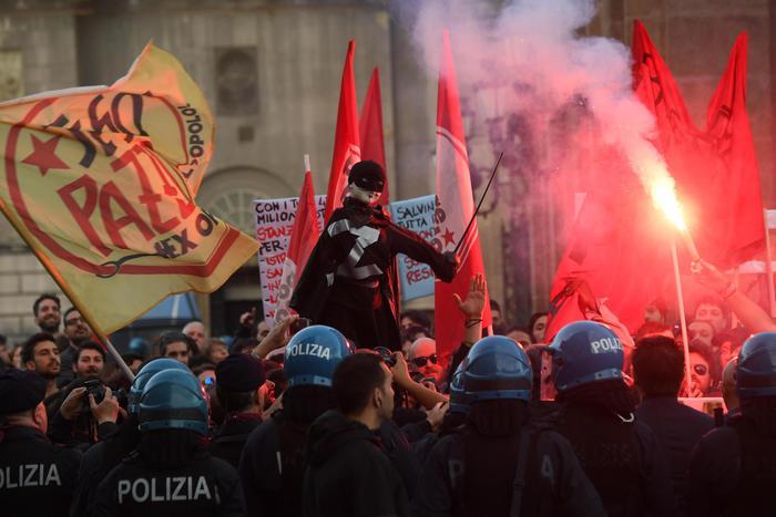 Salvini a Napoli: la Polizia carica manifestanti sotto la Prefettura2