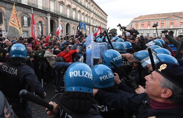 Salvini a Napoli: la Polizia carica manifestanti sotto la Prefettura3