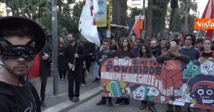 """Bari, la protesta degli Zorro: """"Noi, eroi mascherati contro Salvini"""" VIDEO"""