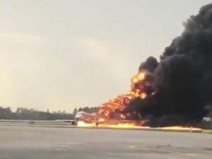 Mosca, aereo a fuoco: indennizzo anche al passeggero che ha impedito la fuga per il suo bagaglio