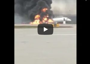 Mosca, aereo atterra in fiamme: palla di fuoco sulla pista. Un morto, 5 feriti VIDEO