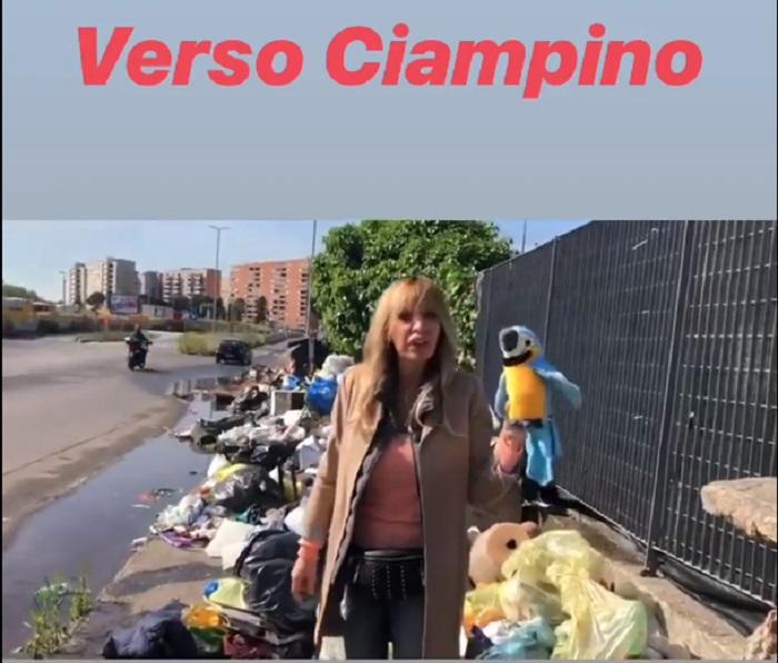 Alessandra Mussolini, campagna elettorale col pappagallo di peluche1