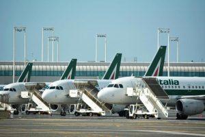 Alitalia perde 57mila euro l'ora.E i passeggeri italiani scappano