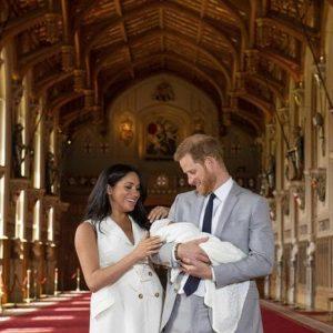 """Royal baby, gaffe al Parlamento inglese: """"Auguri ai duchi di Wessex"""". Ma sono i duchi di Sussex..."""