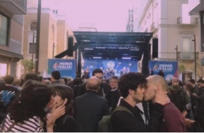 Bari, due coppie gay si baciano davanti al palco di Salvini