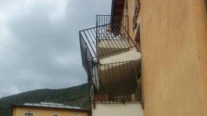 Il balcone cade a pezzi? Almeno per le parti esterne, le spese le paga il condominio