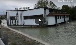 Maltempo Peschiera del Garda: ristorante galleggiante rompe ormeggi. La Barcaccia alla deriva sul Mincio