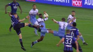 Bastos para la conclusione a rete di De Roon, l'arbitro non assegna il rigore all'Atalanta