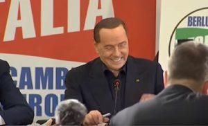 """Berlusconi, nuova barzelletta: """"Ho chiesto a una ragazza come mai ha avuto così pochi uomini..."""""""