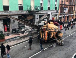 Roma, perde il controllo del camion betoniera e finisce contro alcune auto: 4 feriti (foto d'archivio Ansa)