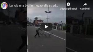 Giro d'Italia, spettatore lancia bici in mezzo alla strada VIDEO