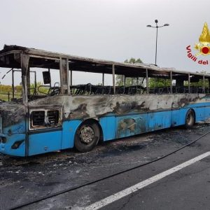 Rovigo, bus carico di studenti in fiamme: l'autista li fa scendere un attimo prima, tutti salvi