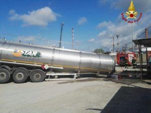Stagno di Livorno, camion cisterna con 30 tonnellate di metanolo si inclina vicino ad una raffineria
