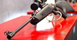 Prato, 17enne esce sul terrazzo con la carabina e spara: ferito un automobilista di passaggio