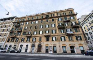 """Ricchezza delle famiglie italiane otto volte il reddito. E la metà poggia sul """"mattone"""""""