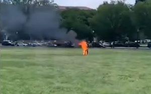 Washington, uomo si dà fuoco sul prato che costeggia la Casa Bianca