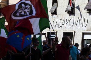 CasaPound abita abusivamente e caccia da case pubbliche. Famiglia rom si arrende. Polizia di Salvini neutrale