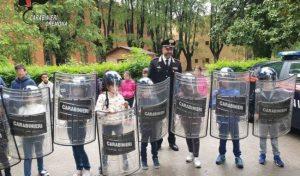 Cremona: gli alunni delle elementari alla caserma dei Carabinieri, polemiche per la foto con caschi e scudi