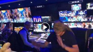 Ciao Darwin, Roberto Cenci fa il regista bendato. Durante la puntata...