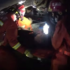 Cina, crolla il tetto di un locale notturno a Baise: almeno 2 morti, decine di feriti VIDEO