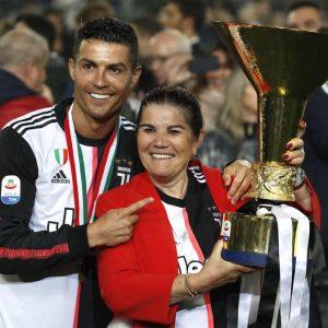Juventus: Cristiano Ronaldo, la coppa scudetto e la mamma. FOTO