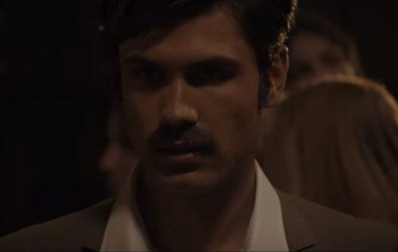 """Elvis Esposito cammina tra la folla nel video di """"Nun 'a voglio 'ncuntrà""""."""