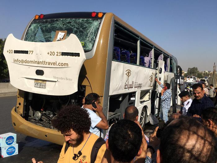 Il Cairo, esplode ordigno vicino a bus turistico: 16 feriti 4