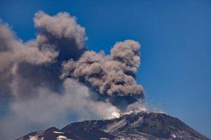 """Etna torna in eruzione. Doppia colata di lava: """"Nessun pericolo per i centri abitati"""" (foto Ansa)"""