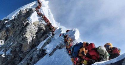 Everest: due ore di coda per salire in cima, ingorghi peggio della città