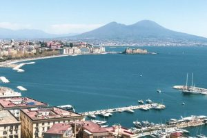 Golfo di Napoli, misteriosa creatura di 12 metri negli abissi. Ma è una catena di polipi