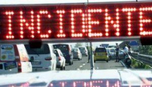 Sicilia, auto giù dal cavalcavia della A19 finisce in acqua. Un morto e un ferito grave