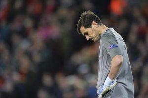 """Ricovero d'urgenza per problemi cardiaci per Iker Casillas: il portiere spagnolo ex Real, capitano della Spagna campione del mondo nel 2010 e ora al Porto, e' stato trasferito all'ospedale di Oporto, secondo quanto riportano diversi media portoghesi, ma sarebbe """"fuori pericolo"""". Casillas si sarebbe sentito male al termine dell'allenamento, e avrebbe riportato - secondo 'A Bola' - un infarto al miocardio e sarebbe stato curato in tempo"""