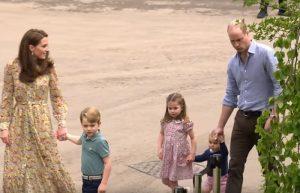 Kate Middleton e William nel parco con i figli: i principini giocano a piedi nudi, cìè anche Louis